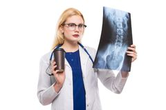 Kvinnadoktor med röntgenstrålen och coffeee Arkivfoto