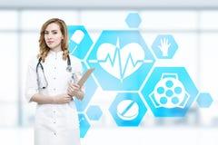 Kvinnadoktor och blåa medicinska symboler Arkivfoto