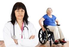 Kvinnadoktor och handikapppensionär Fotografering för Bildbyråer