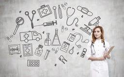 Kvinnadoktor och medicinska symboler Arkivfoto