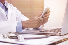 Kvinnadoktor som använder den smarta telefonen för mobil Arkivfoton