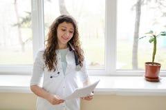 Kvinnadoktor som arbetar p? sjukhuskontoret Medicinsk sjukv?rd och doktorspersonalservice arkivbild