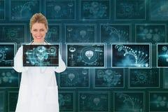 Kvinnadoktor som påverkar varandra med läkarundersökningmanöverenheter mot bakgrund med medicinska manöverenheter Royaltyfri Foto