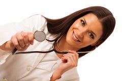 Kvinnadoktorn lyssnar till heartbeating med stetoskopet Royaltyfri Bild