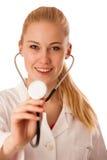 Kvinnadoktorn lyssnar till heartbeating med stetoskopet Fotografering för Bildbyråer
