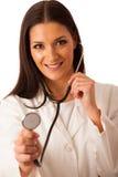 Kvinnadoktorn lyssnar till heartbeating med stetoskopet Arkivfoton
