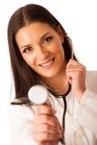 Kvinnadoktorn lyssnar till heartbeating med stetoskopet Arkivbild