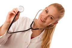 Kvinnadoktorn lyssnar till heartbeating med stetoskopet Arkivfoto