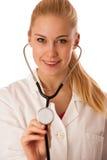 Kvinnadoktorn lyssnar till heartbeating med stetoskopet Royaltyfria Foton