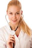 Kvinnadoktorn lyssnar till heartbeating med stetoskopet Royaltyfria Bilder