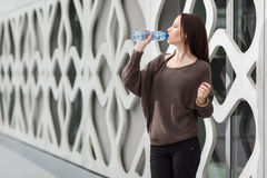 Kvinnadricksvatten Royaltyfria Bilder