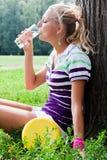 Kvinnadricksvatten fotografering för bildbyråer