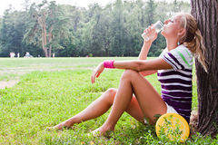 Kvinnadricksvatten royaltyfri foto