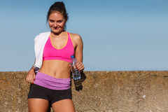 Kvinnadricksvatten efter den utomhus- sportidrottshallen royaltyfri foto