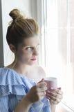 Kvinnadrinkkaffe royaltyfria bilder