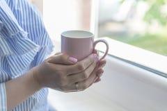 Kvinnadrinkkaffe fotografering för bildbyråer