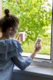 Kvinnadrinkkaffe Arkivfoto