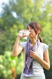 Kvinnadrinkvatten efter sport Royaltyfri Bild