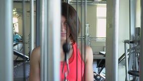 Kvinnaelevatorvikten i idrottshallen Den älskvärda kvinnan utbildar i konditionstudion Sportutbildning stock video