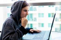 Kvinnaen hackerprogrammerare arbetar på datoren i cybersäkerhetsmitten som fylls med skärmskärmar arkivbilder