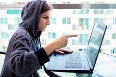 Kvinnaen hackerprogrammerare arbetar på datoren i cybersäkerhetsmitten som fylls med skärmskärmar royaltyfri bild