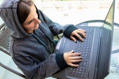 Kvinnaen hackerprogrammerare arbetar på datoren i cybersäkerhetsmitten som fylls med skärmskärmar royaltyfri foto