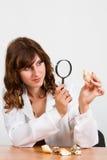 Kvinnaexperten betraktar snäckskal Arkivfoto