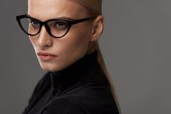KvinnaEyewear Härlig kvinna i exponeringsglas, stilfullt glasögon fotografering för bildbyråer