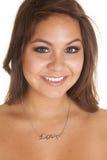 Kvinnaförälskelsehalsband med leende royaltyfri bild