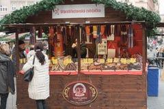 Kvinnaförsäljningskorven på jul marknadsför på Liberty Square Arkivbild