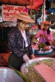 Kvinnaförsäljningssötsaker arkivbilder