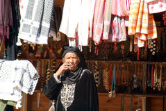 Kvinnaförsäljningssouvenir Arkivbilder