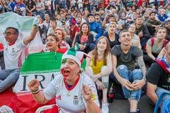 Kvinnafanen från Iran reagerar känslomässigt till fotbollsmatchen, Ryssland arkivfoton