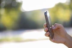 Kvinnafinger på den smarta telefonen Arkivbilder
