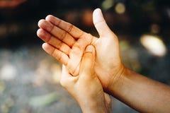 Kvinnafingret smärtar Royaltyfri Foto
