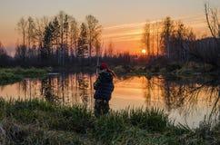Kvinnafiske på solnedgången Royaltyfria Foton