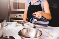 Kvinnaflicka i kök som lagar mat thai te Arkivbild