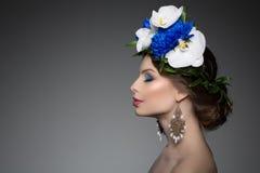 Kvinnaflickakrans av blommor på head modell för mode för hårsalong w Arkivbilder