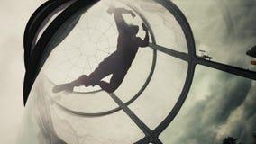 Kvinnaflyg i en vindtunnel Inomhus hoppa med fritt fall vindtunnel Extremt hoppa fallskärm stock video