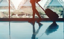 Kvinnaflygplats med resväskabegrepp arkivfoto