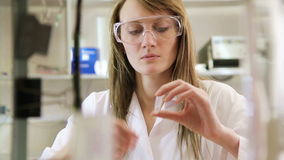 Kvinnaforskare i labbet lager videofilmer