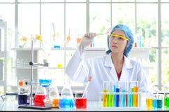 Kvinnaforskare som gör experiment royaltyfri foto