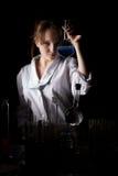 Kvinnaforskare som rymmer en flaska Royaltyfri Bild