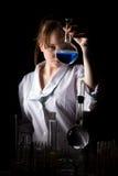 Kvinnaforskare som rymmer en flaska Royaltyfri Foto