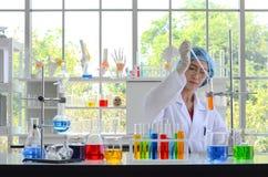 Kvinnaforskaren som gör experiment royaltyfri foto