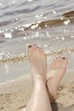 Kvinnafot i sand på stranden royaltyfria foton