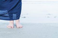 Kvinnafotcloseup av flickan som kopplar av på stranden Arkivbilder