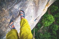 Kvinnafotograf i berg arkivfoton