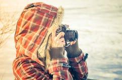 Kvinnafotograf med retro den utomhus- fotokameran Fotografering för Bildbyråer