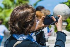 Kvinnafotograf rome Fotografering för Bildbyråer